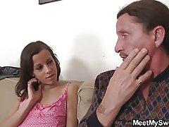 남자는 그의 없는 아버지 & s 수 탉을 타고 그녀의 발견